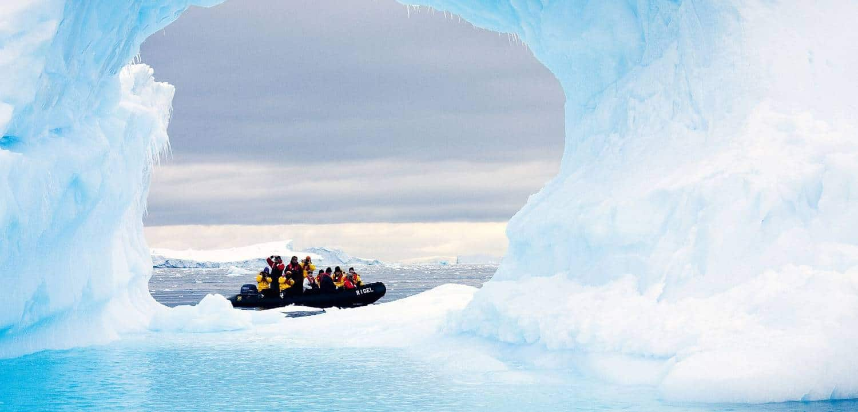 antarktis-reise-zodiac-hinter-eis-polar-quest