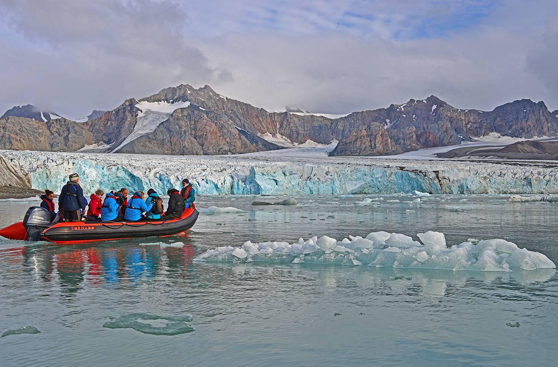 Exkursion mit dem Zodiac zu einer Gletscherabbruchkante
