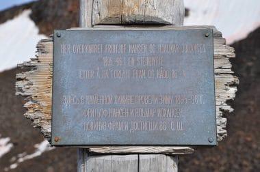 Fridtjof Nansen-Hjalmar-Johansen-Erinnerungstafel-Franz-Josef-Land