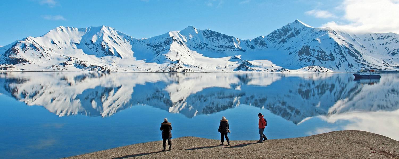 Bei zahlreichen Exkursionen wird die Fjordlandschaft Spitzbergens erkundet.