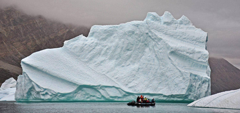 zodiac-vor-gewaltigem-eisberg