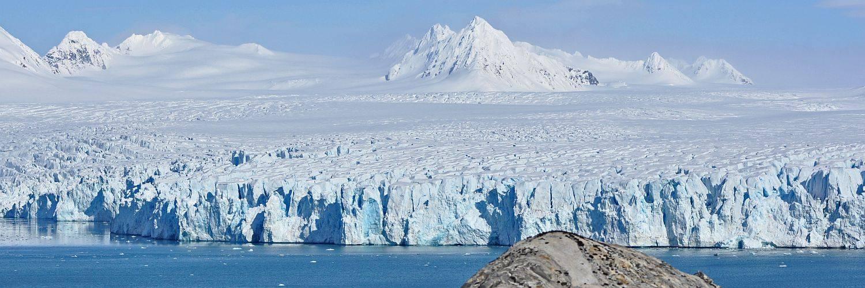 Ausblick auf die Abbruchkante eines Gletschers in Nord-Spitzbergen