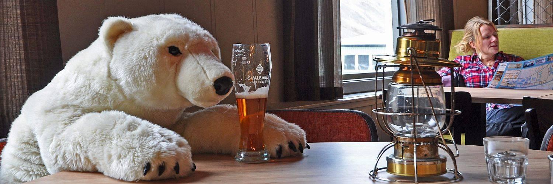 Ein Eisbär genehmigt sich ein Bier in einem Lokal in Longyearbyen.