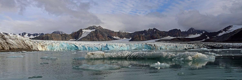 Abbruchkante eines Gletschers in Nord-Spitzbergen - mit bläulich strahlendem Eis