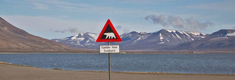 Warnungsschild vor Eisbergen am Ortsrand von Longyearbyen